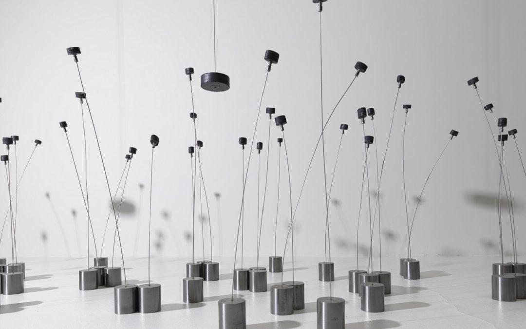 Quando l'energia diventa arte. Fino al 19 aprile 2020 la prima retrospettiva individuale al MACBA a Barcellona dell'artista greco Takis (Panagiotis Vassilakis) che ha scolpito le energie invisibili della natura